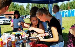 Felicia Olsson och Maja Schneide från Öna SK, sålde korv och fika i Hökberg. Foto: Selma Wolofsky