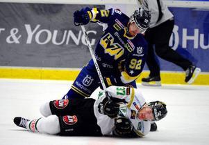 Färjestads Lee Goren får en brysk behandling av HV71:s Teemu Laine i den första finalmatchen i SM-slutspelet.