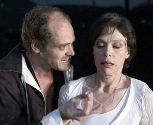 Familjekonflikt: David Dencik som Hamlet, Lil Terselius som drottningen.