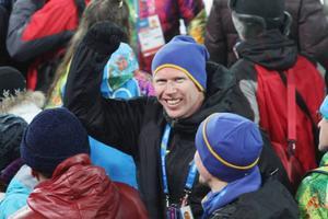 Östersundaren Mattias Nilsson vinkar glatt. Den tidigare skidskytten är i OS som tränare för en brasiliansk skidlöpare. Foto: Thord Erik Nilsson