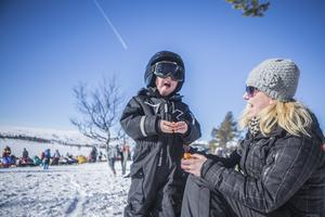 Sixten Ragnarsson 4 år från Borås, säger att det bästa med skoteråkning är när det går fort. Mamma Jenny Ragnarsson berättar att de är på besök i Tännäs.