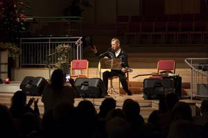 Doug Seegers tackar publiken innan han kliver av scen.
