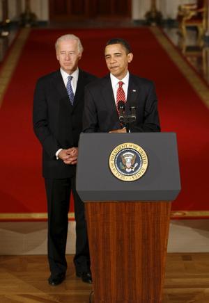 Borde se gladare ut. Vicepresident Joe Biden och president Barack Obama konstaterar att sjukvårdsreformen ser ut att bli antagen.foto: scanpix