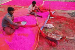Indiska arbetare gör i ordning färgpulvret i Allahabad.