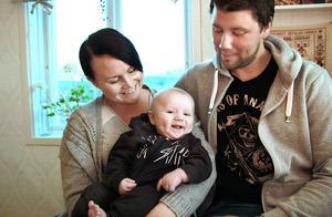 Lyckan ler igen mot Sara Bodin, Peter Persson och deras solstråle Sune. Annat var det när han kom till världen i december. – Vi vill visa att förlossningar inte är så rosaskimrande alla gånger. Det är nu vårt rosa skimmer börjar, med en son som är glad och tillfreds jämt, säger Sara.