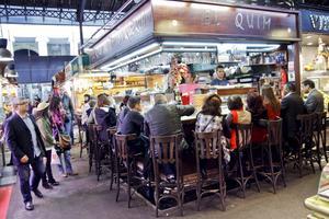 På matmarknaden Boqueria finns det gott om tapasbarer, till exempel El Quim de la Boqueria.