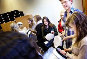 Det blev trångt och en smula euforiskt när SPMT07 fick hämta ut sina studentmössor.Foto: Håkan Luthman