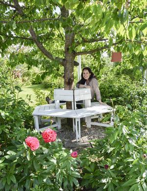 Kyssbänken runt bröllopsgåvan är en mysig och skuggig plats i trädgården. Helen Lodin har lagt ner mycket tid och omsorg om sin trädgård. Men sporten har varit att försöka klara sig på det hon kan byta till sig eller få.