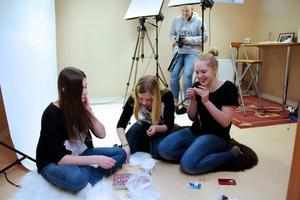 Alva Wallin, Simone Kallin och Akvelina Norling har fått PRAO hos FotoElin (sundman).