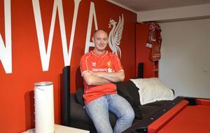Tony Tomley har sina rötter i Liverpool. Rummet i källaren är inrett med fotbollsklubbens färg och dekor.