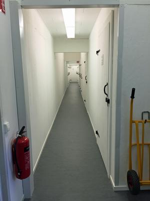 Korridorerna med förråd och entrén är TV-övervakad.