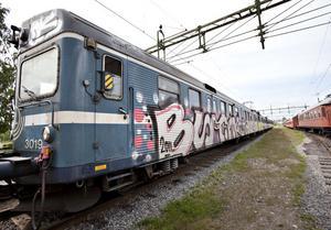 Graffitin rör upp blandade känslor. Förstör det tågen, eller är det en typisk tidsmarkör som borde bevaras?