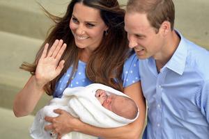 Kate Middleton och Prins William visar upp den nyfödda prinsen för nyfikna åskådare.
