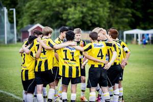 Deppigt. VIK Fotboll P98 samlas efter match. Foto: Martin Bohm