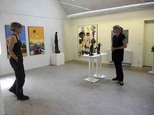 May Lindholms och Lisbeth Boholms konst möts på Arvid Backlundgården i sommar.