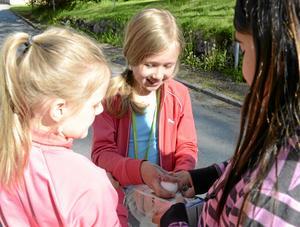 Det höll! Josefine Ståhl undersöker ägget och visar Emilia Södergård att skalet inte har en spricka.