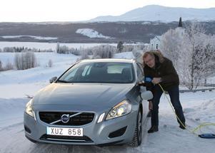 Ola Thelberg har premiärkört nya Volvo plug in hybrid som går att ladda med el. Men 20 graders kyl blev för mycket för at den nya tekniken skulle fungera. Foto Lennart Pettersson