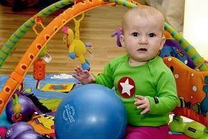 Alma, åtta månader, är med på mamma Hannas träning.