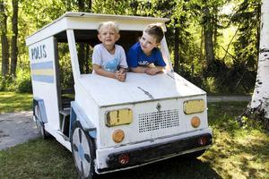 Leo Glämsta och Elias Hagström tycker att som flyttat på deras polisbil är dumma. Så får man ju inte göra.