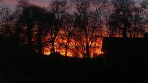 Det ser nästan ut som skogsbrand när himlen visar upp sin färgprakt