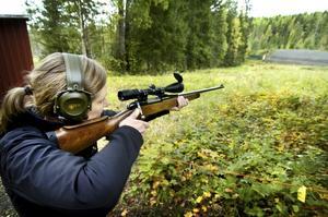 Enda kvinnan. Madeleine Aronsson, kassör i Ljusnarsbergs jaktskytteklubb, var den enda kvinnliga deltagaren. Hon gick in i mästerskapsavgörandet med en förstaplats i den tidigare jägarklassen och kom trea i mästerskapet. –Det har aldrig tidigare gått så bra, säger Madeleine.