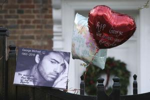 George Michaels hem har besökts av många med hyllningar sedan beskedet om hans bortgång.