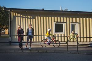 Kathrin Jacobsen och Emma Svensk tycker att trafiksituationen kring Enångers skola är livsfarlig. Barnen Frida och Hugo Svensk vid parkeringen på Enångers skola.