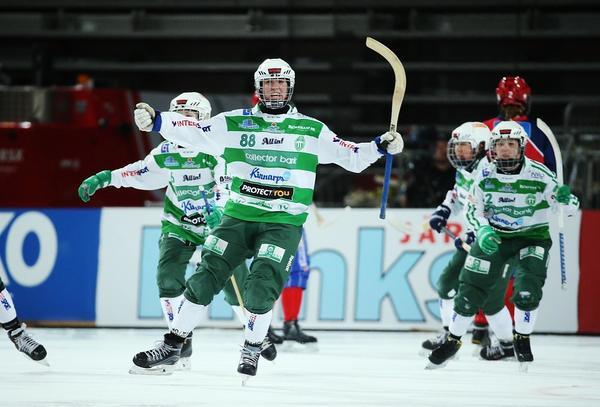 Matilda Plan jublar efter den enda av tre straffar som VSK gjorde mål på i SM-finalen mot Kareby,