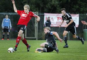 Alexander Larsson kom in för Valbo i den andra halvleken och blev den som avgjorde derbyt mot Brynäs. Här bredsidar han in bollen medan liggande Brynäskaptenen Martin Hofling bara kan titta på. Valbo toppar division 3 med sex matcher kvar att spela.