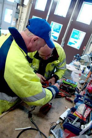 Ofta tvingas Bengt Isaksson och Erland Johansson plocka ner armaturen för att laga inne på kommunens verkstad.