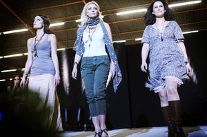 Även jeanskläder går bra på catwalken. Det tycktes också publiken gilla.