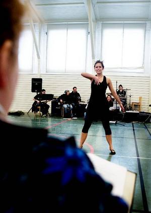 Läraren och regissören Frida Landegren instruerar Caroline Grinde.