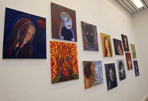 Expressionistiska självporträtt har resulterat i en färgsprakande vägg på muséet.