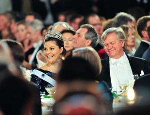 Kronprinsessan Victoria och fysikpristagaren Brian P Schmidt vid Nobelbanketten i Stadshuset i Stockholm.