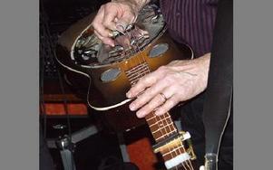 -- Jag fastande för soundet, säger Tommy Backlund om varför han började spela dobro.FOTO: ANNA ENBOM