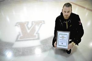 Sticker ut. Andreas Birgerssons Vretstorps Hockey har något som division 2-klubben i Hallsberg saknar, och det är klubbemblemet infryst i hockeyrinkens is.Foto: Göran Kempe