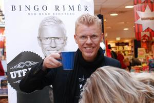 Flickfotografen Bingo Rimér, signerade en ny bok i Västerås i lördags.Han poserade gärna för min kamera.
