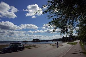 Länsväg 301 mot Edsbyn följer Oresjöns strandlinje mitt inne i Furudal. Foto:Katarina Cham