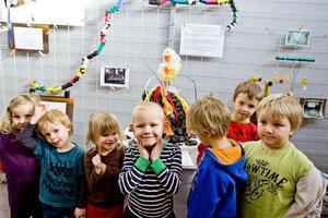 unga skapare. Konstnärer är vi allihopa! Här är några av förskolebarnen från Söråker som ställer ut återvinningskonst i Folkets hus.