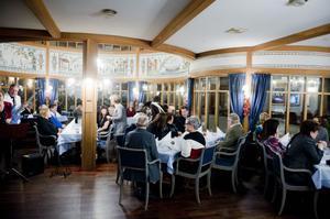 På onsdagskvällen var det fest på hotell Gustaf Vasa då kommunanställda inom bildningssektorn skulle få en minnesgåva efter 25 års anställning.