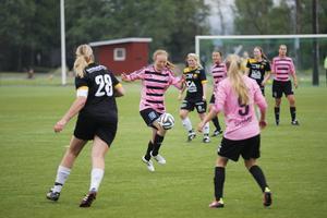 Frösöns Lovisa Bergqvist med bollen under kontroll.