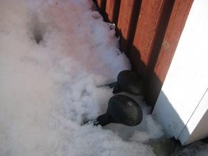 Vårtecken??Sommarens kvarglömda saker sticker upp ur snön vid min stuga i Brottberga. / Ann-Britt