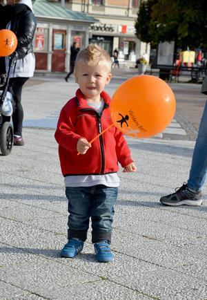 Snart 2-årige Kevin Dahlgren gillade sin ballong som han fick under insamlingspromenaden.