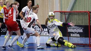 Felicia Forsmark, till vänster, i derbyt mot Nykvarn i februari 2016.
