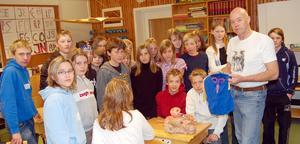 Information. Sune Bergman lät eleverna studera gamla valborremasker och se en film om valborgsmässofirandet i socknen.