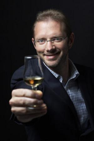 Magnus Dandanell, ny matlandetambassadör för Gästrikland, favoritmaträtt just nu är långsamgrillad hjortstek, somgrillats under lock med rök från whiskyspån från använda ekfat. Undertillagningen, som tar tre timmar, serveras ett glas whisky.