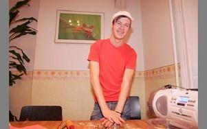 Mikael Selg var DJ för kvällen och bakar pepparkakor för fullt.FOTO: FREDRIK PERAS- C