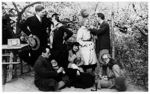 """Karin Boye (mitten) och hennes vänner på en så kallad Baumblüte-fest i Berlin 1932. Bilden prydde omslaget till Pia-Kristina Gardes fotobok """"Karin Boye och människorna kring henne""""."""