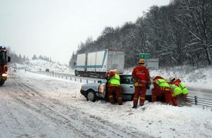 Räddningsmanskapet drog undan bilarna så att ena körfilen skulle kunna öppnas för norrgående trafik.