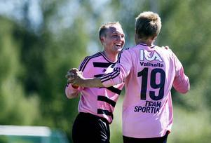 Nummer 19 Lars Sunnfors får en välförtjänt kram efter ett av sina mål.